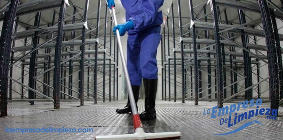 limpieza de naves industriales con maquinaria