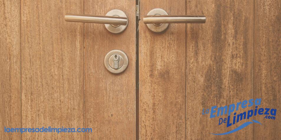Como tapar agujeros en la madera finest como tapar - Como arreglar puertas de madera ...