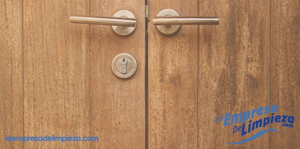 cómo arreglar una puerta de madera natural
