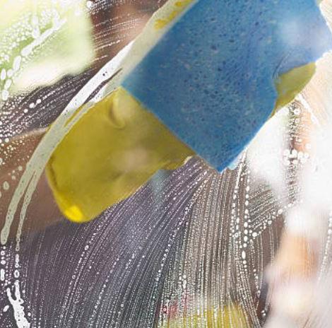limpieza de cristales con esponjas
