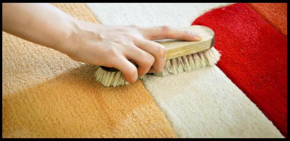 frotar las manchas de una alfombra