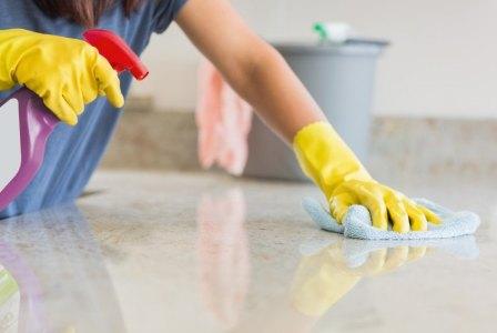 Persona aseando piso Empresa de Limpieza en Barcelona