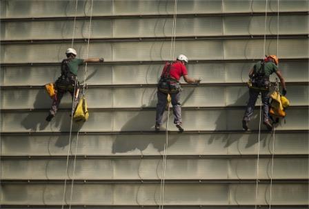 Persona limpiando ventanas Empresa de Limpieza en Valencia
