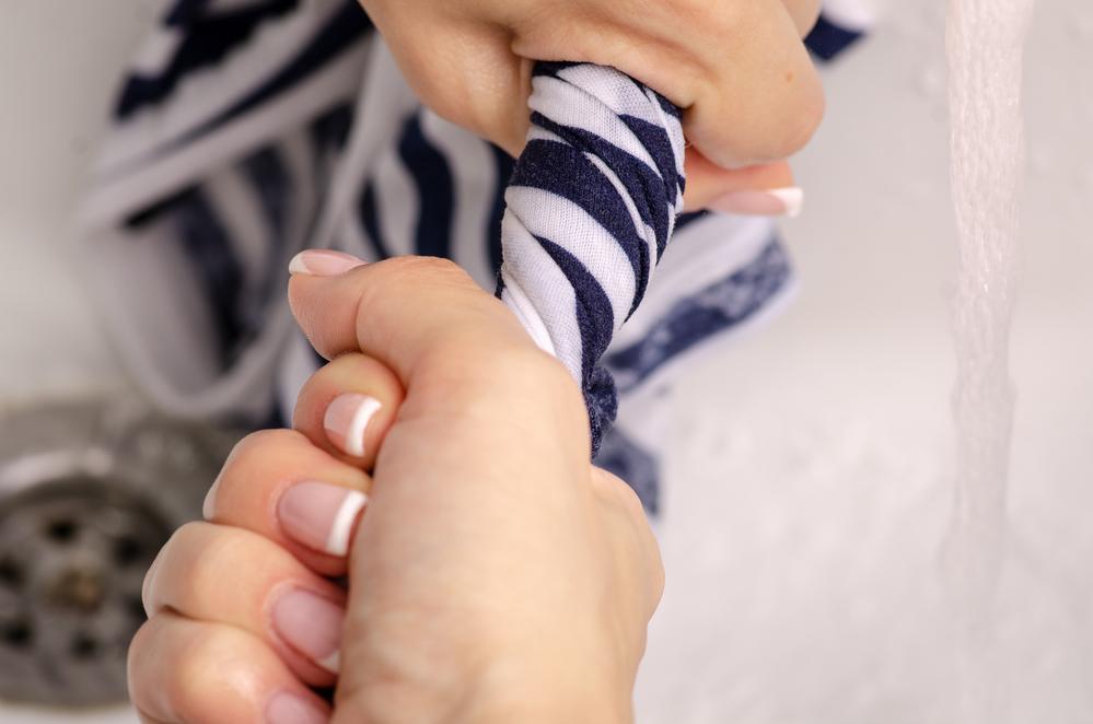 cómo quitar pegamento de las manos