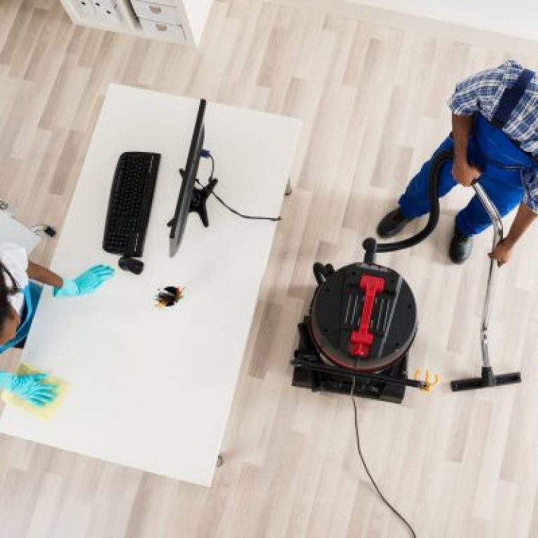 puliendo el suelo de la oficina