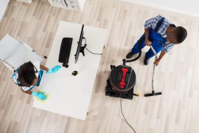 personas limpiando y organizando la oficina