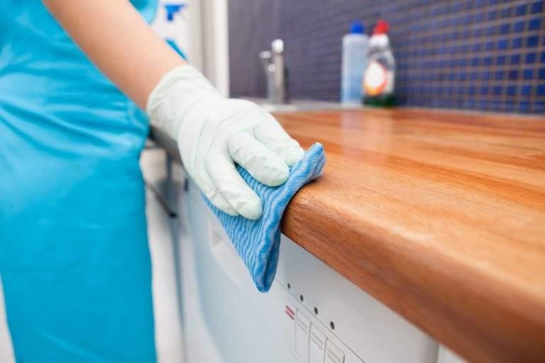 limpiando la madera de la cocina