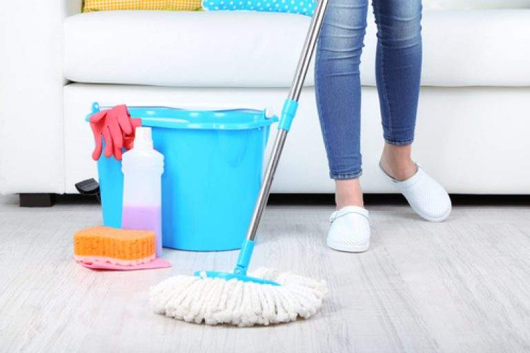 limpieza de piso con trapeador