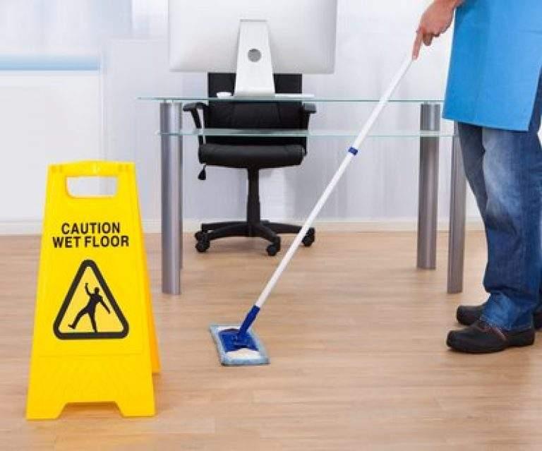 precaucion piso mojado en la oficina