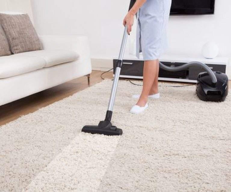 aspirando la alfombra del hogar