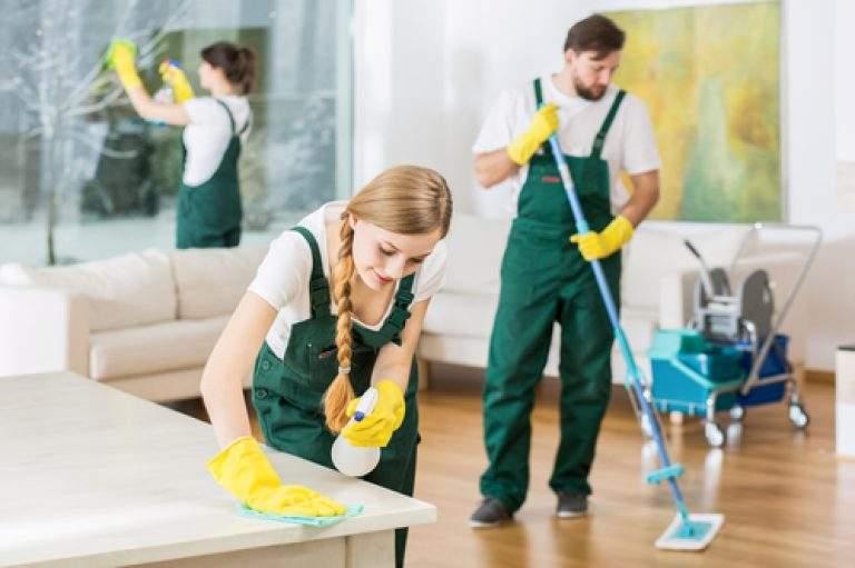 equipo de limpieza de guantes amarillos
