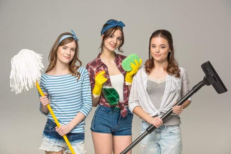 mujeres fotografiadas con artículos de limpieza