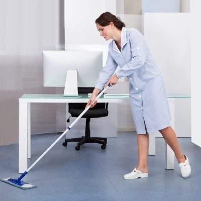 pasando el trapeador para limpiar la oficina