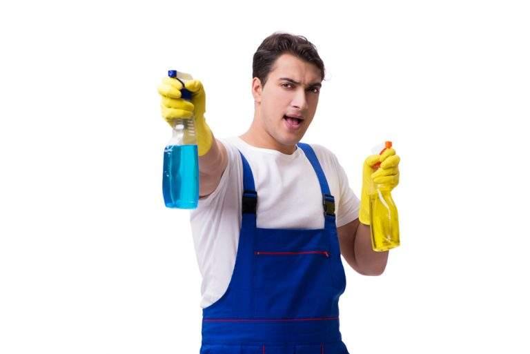 hombre con líquidos de limpieza en la mano