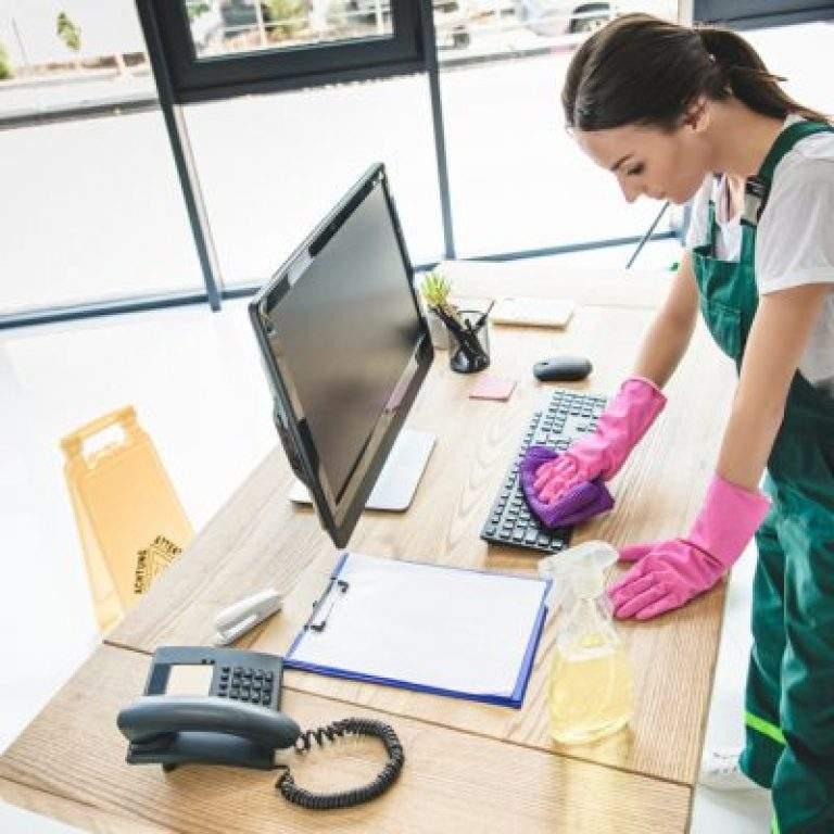 limpieza de teclado con guantes rosados