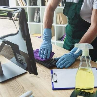 limpiando el teclado con guantes azules