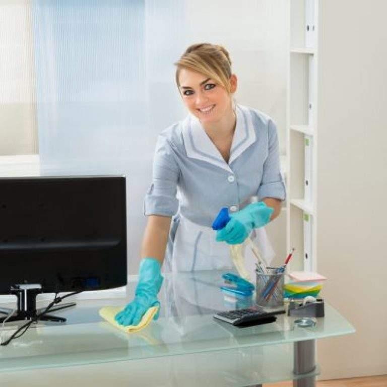 limpiando el escritorio con guantes azules