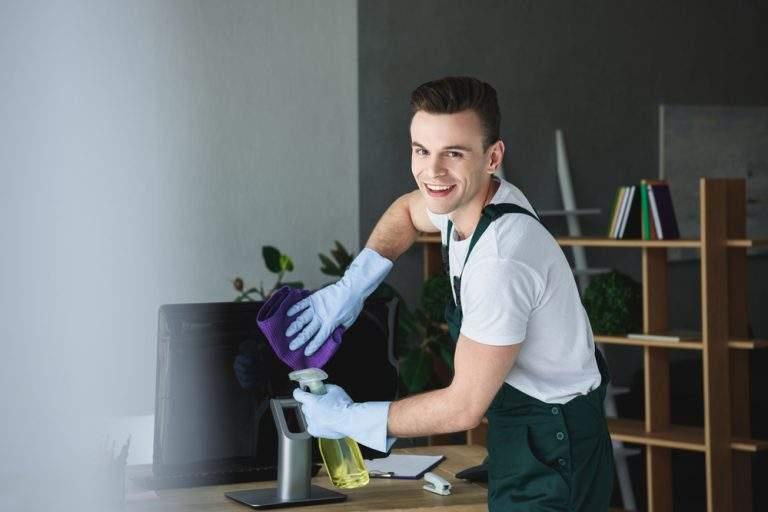 persona limpiando el componente electrico feliz
