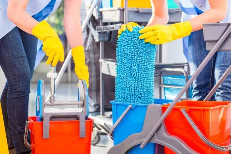 personas haciendo limpieza con guantes amarillos