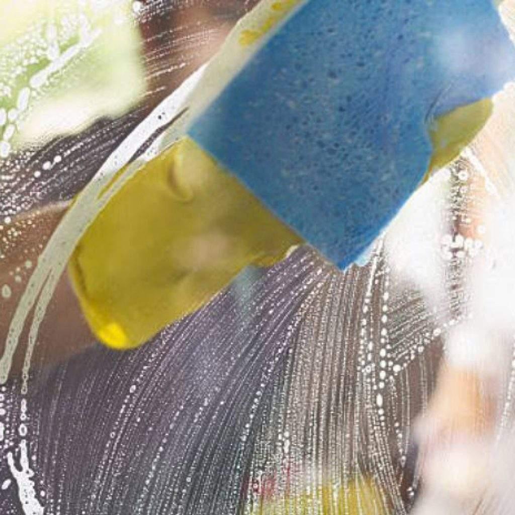 limpiando el cristal con esponja azul