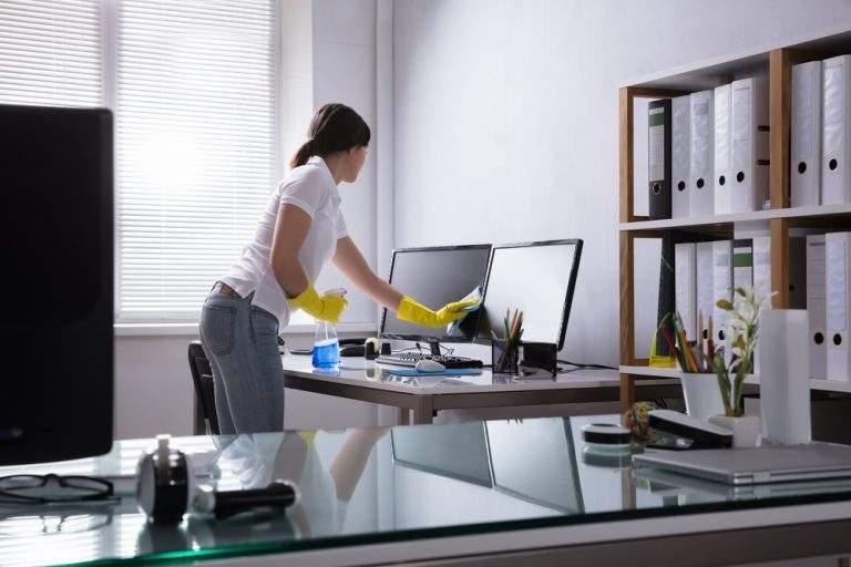 limpieza de oficinas con guantes