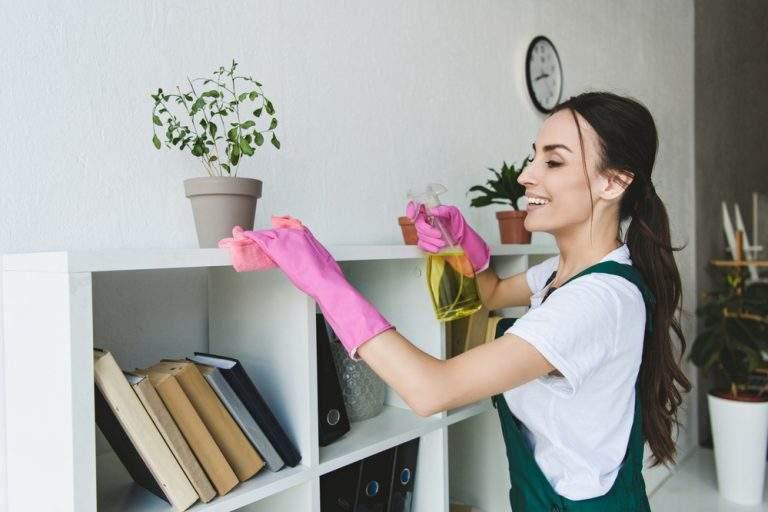 mujer feliz limpiando el hogar