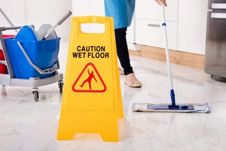 aviso no pase piso mojado
