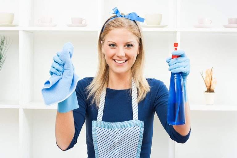 mujer con aritulos de limpieza azul