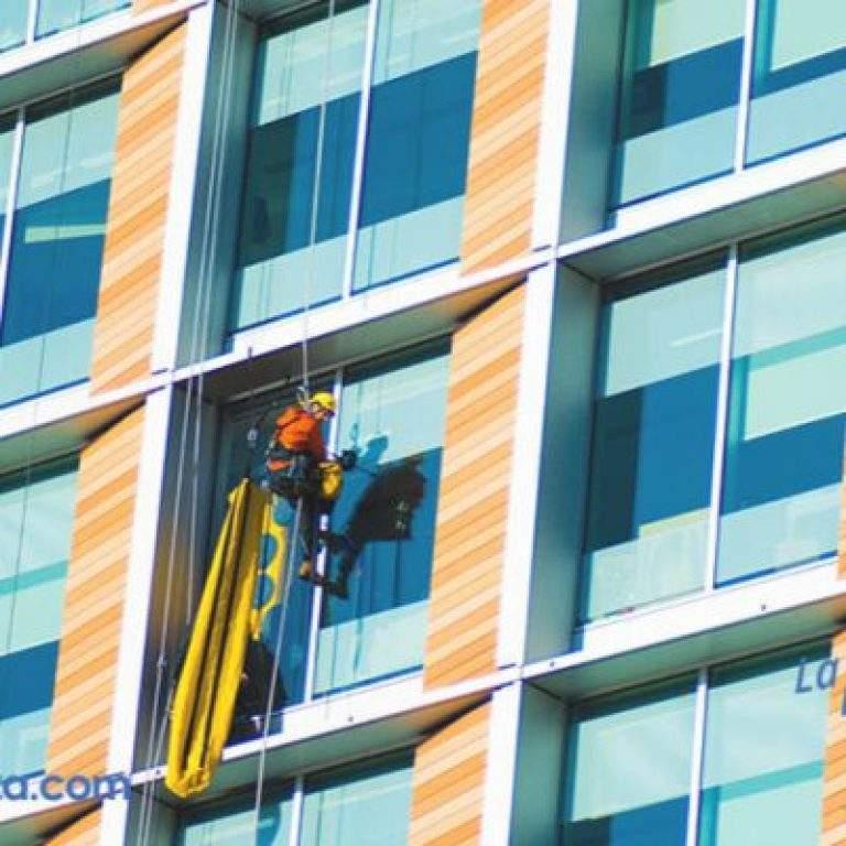 limpiando cristal de edificio