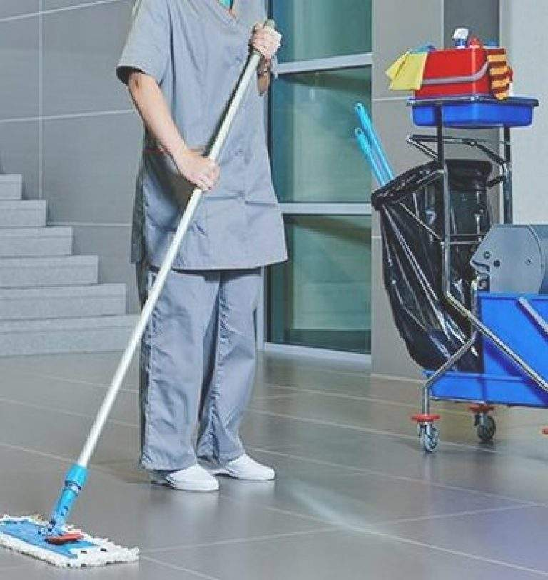 limpiando el pasillo de la estructura con trapeador