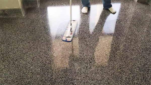 Suelo de terrazo muy sucio