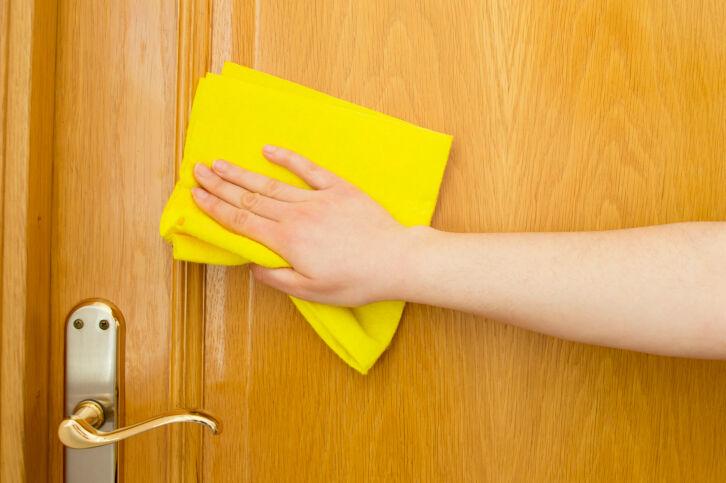 Limpiar puertas de madera