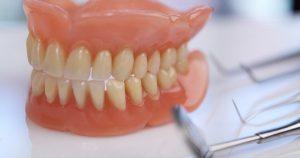 Cómo limpiar dentadura postiza
