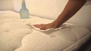Cómo limpiar un colchón orinado