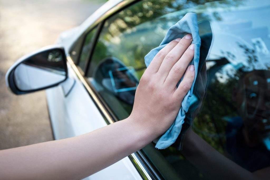 Limpiar cristales coche