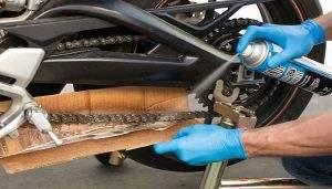 Limpiar y engrasar cadena moto