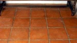 Cómo limpiar gasoil del suelo